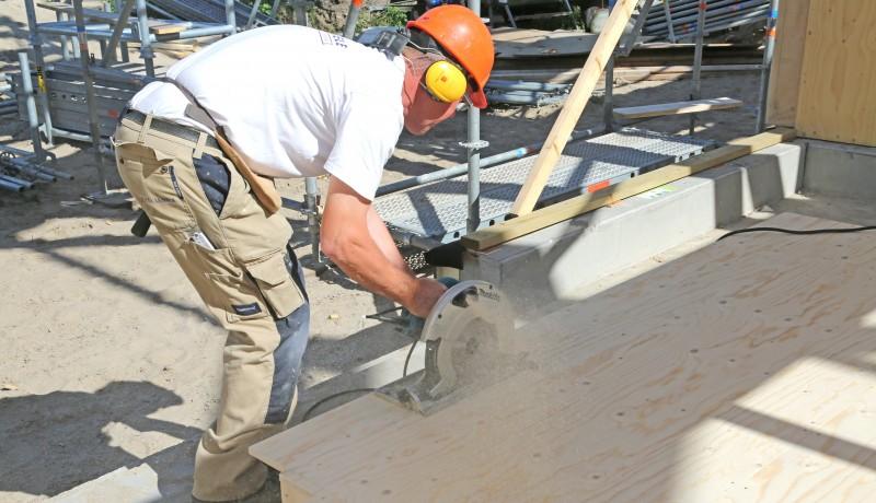 Onze collega Harry Koenjer actief op de bouwplaats